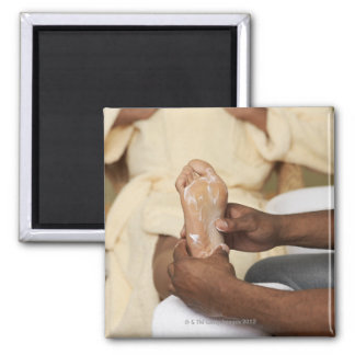 Hombre que da masajes al pie de la mujer imanes para frigoríficos