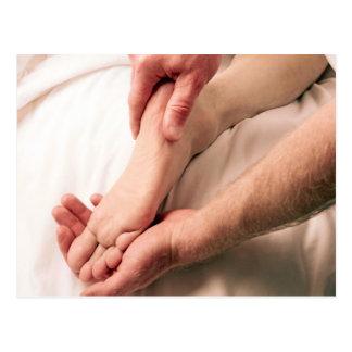 Hombre que da masajes al pie masculino tarjetas postales