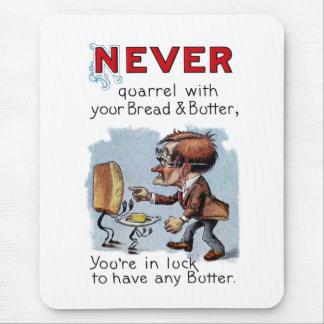 Hombre que discute con pan y mantequilla alfombrilla de raton