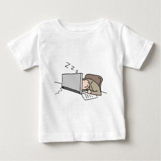 Hombre que duerme en su ordenador playera de bebé