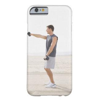 Hombre que ejercita en la playa funda de iPhone 6 barely there