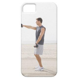 Hombre que ejercita en la playa iPhone 5 carcasas
