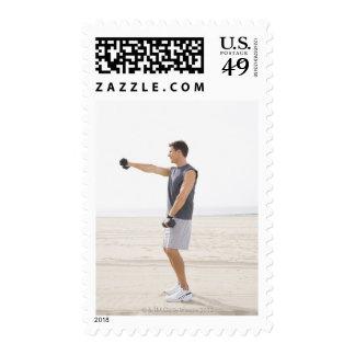 Hombre que ejercita en la playa sellos