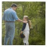 Hombre que habla con el chica en uniforme del béis azulejo