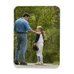 Hombre que habla con el chica en uniforme del béis imanes de vinilo