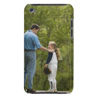 Hombre que habla con el chica en uniforme del béis iPod touch Case-Mate funda