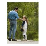 Hombre que habla con el chica en uniforme del béis tarjeta postal