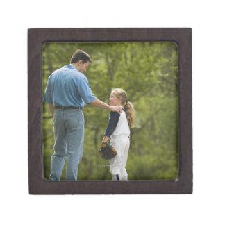 Hombre que habla con el chica en uniforme del cajas de recuerdo de calidad