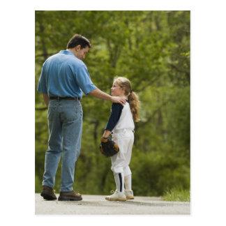 Hombre que habla con el chica en uniforme del tarjeta postal