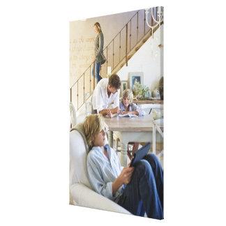 Hombre que habla con el niño pequeño con usar del impresión en lienzo estirada