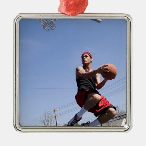 Hombre que juega a baloncesto adorno navideño cuadrado de metal