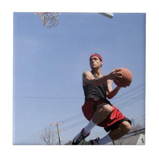 Hombre que juega a baloncesto tejas  ceramicas