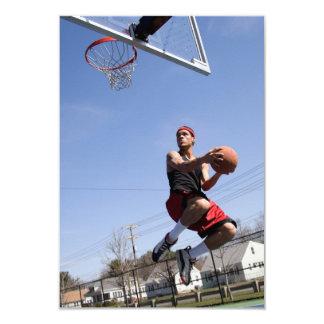 Hombre que juega a baloncesto comunicados personales