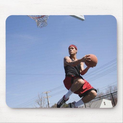 Hombre que juega a baloncesto alfombrilla de ratones