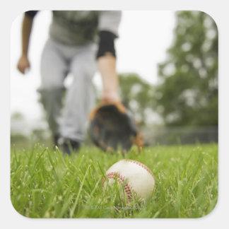 Hombre que juega a béisbol colcomania cuadrada