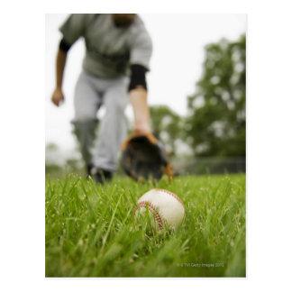 Hombre que juega a béisbol postales