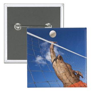 Hombre que juega a voleibol de playa pin cuadrada 5 cm