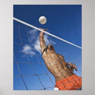Hombre que juega a voleibol de playa póster