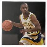 Hombre que juega al baloncesto 2 azulejo cuadrado grande