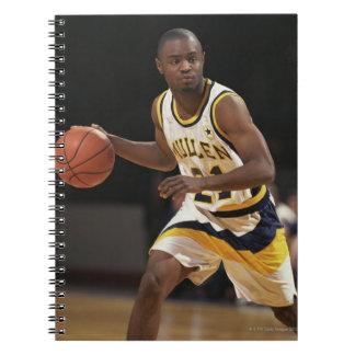Hombre que juega al baloncesto 2 libretas espirales
