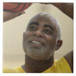 Hombre que juega al baloncesto 4 azulejo cuadrado grande