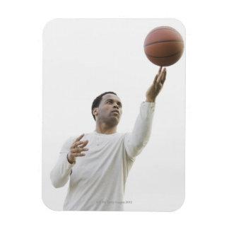 Hombre que juega con baloncesto, tiro del estudio imán rectangular
