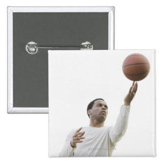 Hombre que juega con baloncesto, tiro del estudio pin cuadrado