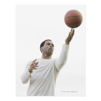 Hombre que juega con baloncesto, tiro del estudio tarjeta postal