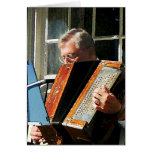 Hombre que juega el acordeón felicitacion