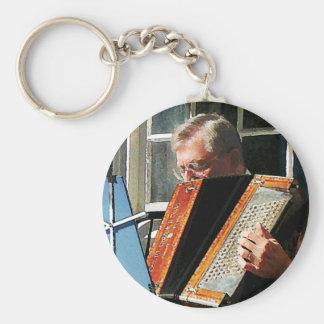 Hombre que juega el acordeón llavero redondo tipo pin
