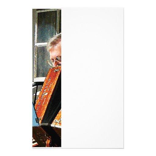 Hombre que juega el acordeón papelería