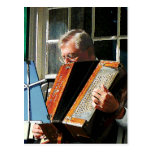 Hombre que juega el acordeón postal