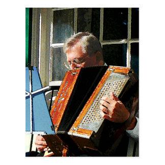 Hombre que juega el acordeón tarjetas postales
