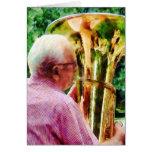 Hombre que juega la tuba felicitaciones