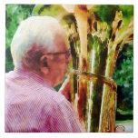 Hombre que juega la tuba tejas  ceramicas