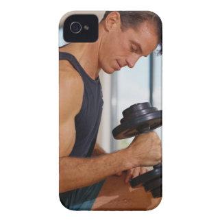 Hombre que levanta una pesa de gimnasia iPhone 4 Case-Mate carcasas