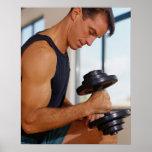 Hombre que levanta una pesa de gimnasia impresiones