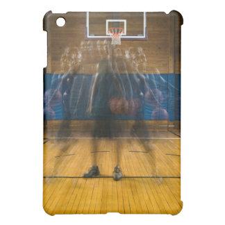 Hombre que lleva a cabo el baloncesto que se coloc