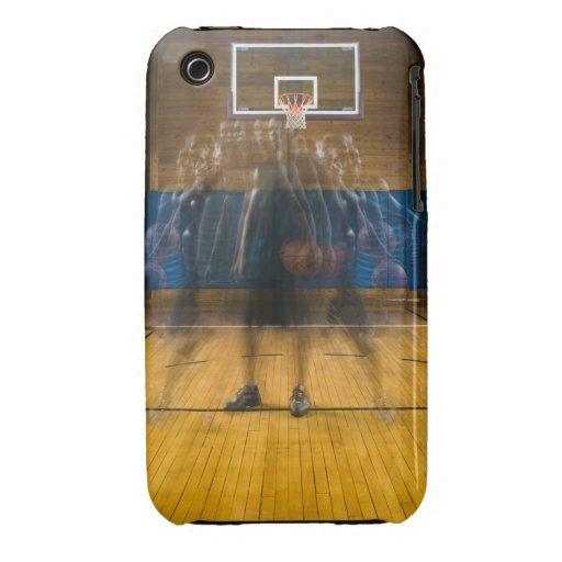 Hombre que lleva a cabo el baloncesto que se coloc Case-Mate iPhone 3 carcasa