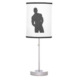 Hombre que presenta la lámpara