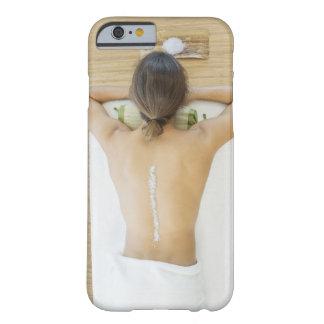 Hombre que recibe el tratamiento del balneario funda para iPhone 6 barely there