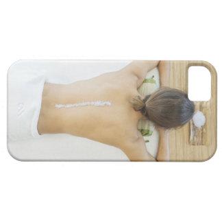 Hombre que recibe el tratamiento del balneario iPhone 5 funda