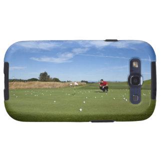 Hombre que se alinea un putt mientras que golfing. galaxy SIII cárcasa