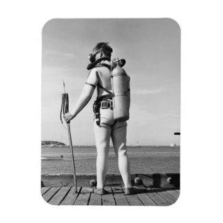 Hombre que se coloca en el embarcadero imán flexible