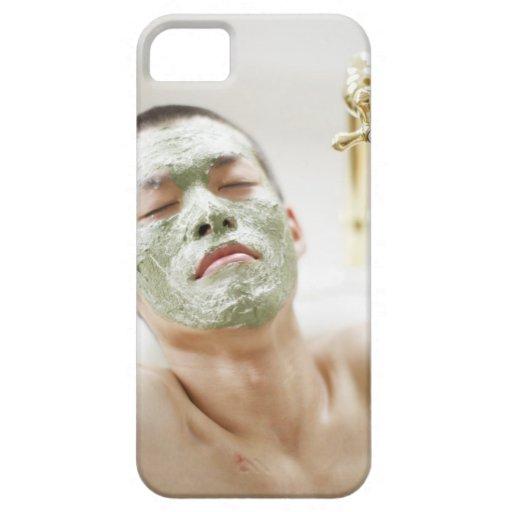 Hombre que se relaja en una bañera con una máscara iPhone 5 Case-Mate fundas