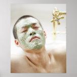 Hombre que se relaja en una bañera con una máscara poster