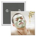 Hombre que se relaja en una bañera con una máscara pins
