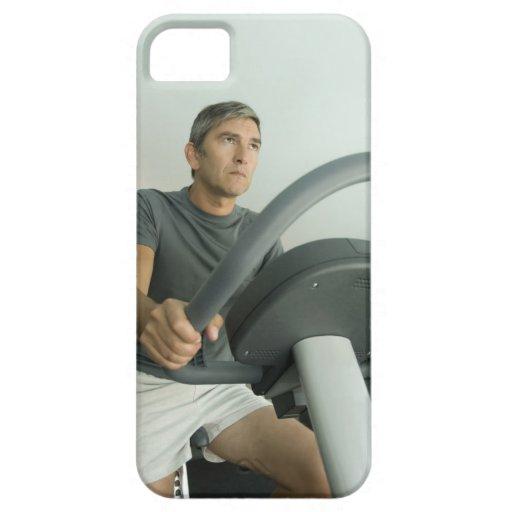 Hombre que se resuelve en un gimnasio iPhone 5 carcasas