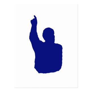 hombre que señala encima de azul de la sombra postal