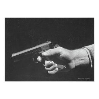 Hombre que sostiene el arma anuncio